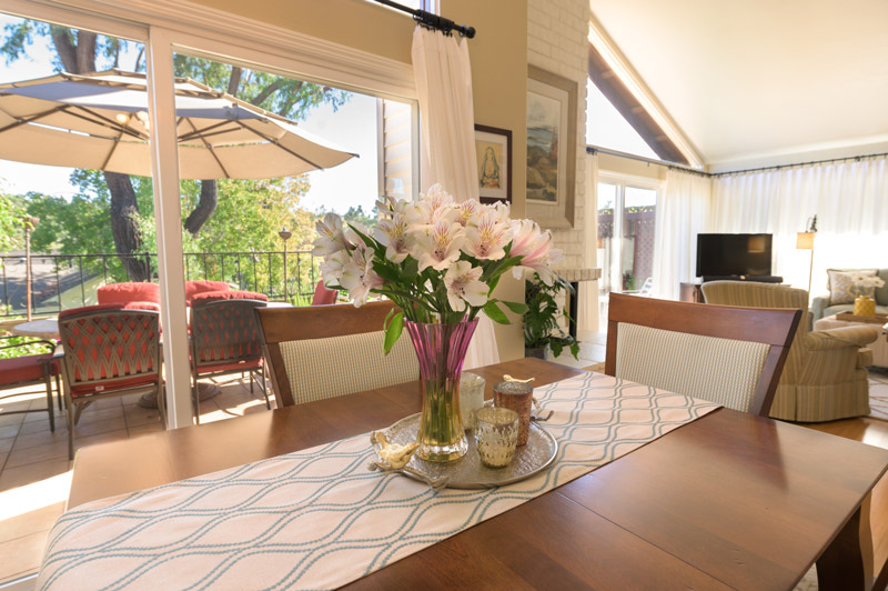 peaceful-indoor-dining-table
