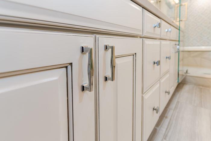 Cabinet-handles-in-bathroom_0092-Edit